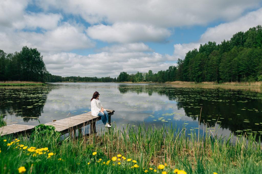 Atpūta pie ezera, autors Mārcis Gaujenietis